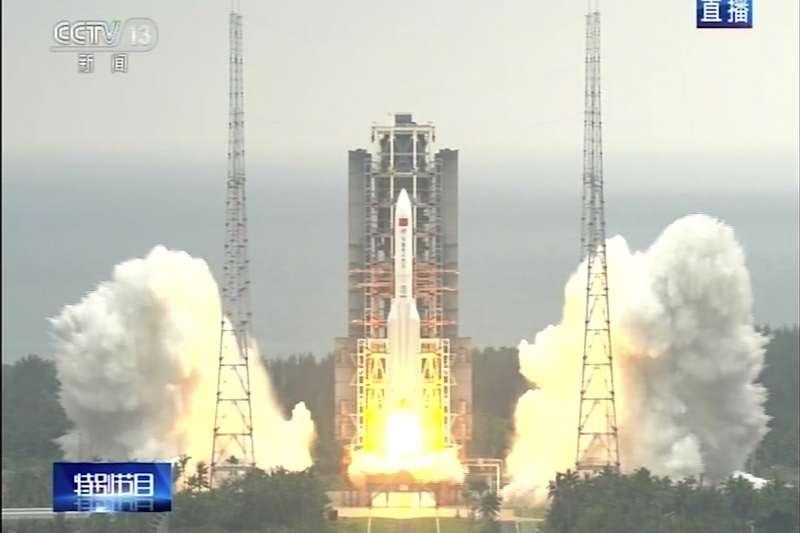 2021年4月29日,中國長征五號B遙二火箭從海南發射升空(AP)