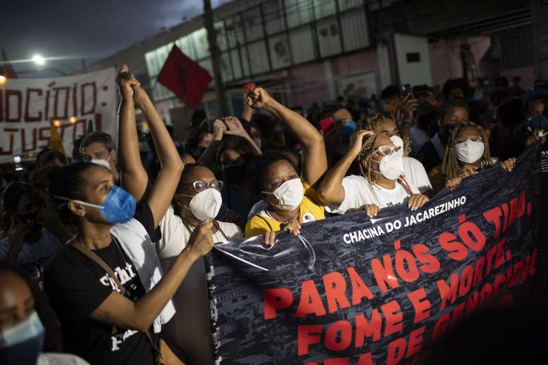 2021年5月,巴西民眾抗議警察在掃毒行動中法外槍決24人。(AP)