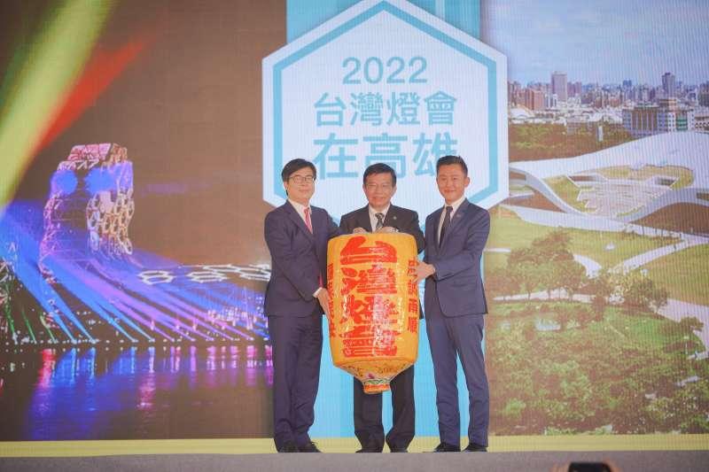 2022臺灣燈會在交通部長王國材(中)見證下,由高雄市長陳其邁(左)接下代表主辦權的台灣燈會燈籠信物。(圖/高市府新聞局提供)