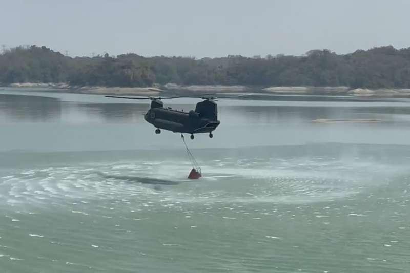 20210508-近日水情吃緊,天乾物燥,陸軍協助執行森林救火的機型為CH-47SD運輸直升機任務加重。該機執勤時會飛行至目標區周邊水源地汲水,再至火場上空投放。(國防部提供)
