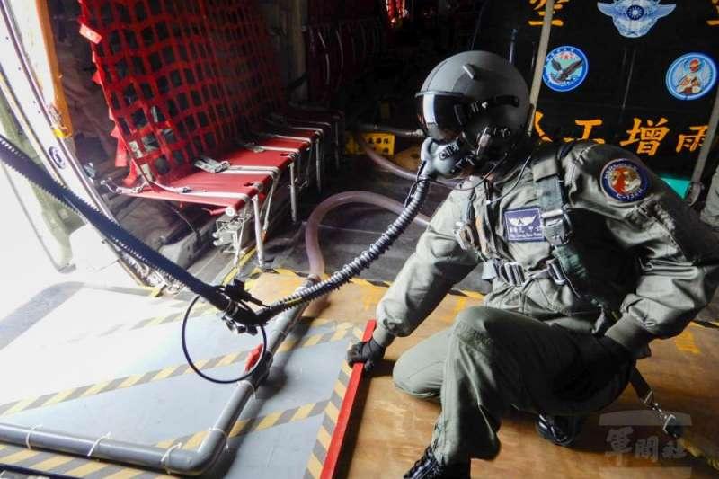 20210508-旱情嚴峻,空軍進行人工增雨,投入C-130運輸機至目標區上空灑水,擴大下雨機率及水量;由於執行人工增雨任務高度高,又要開艙作業,機組員需戴上氧氣罩避免缺氧。(取自軍聞社)
