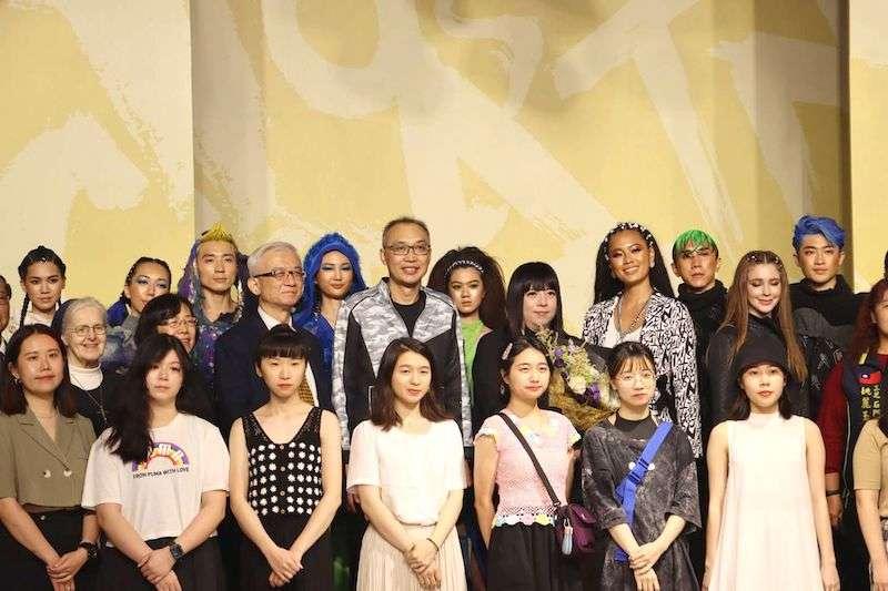 副市長謝政達(二排中)、「針織女王」設計師潘怡良(二排右三)、演出團隊及出席活動貴賓合影。(圖/新北市農業局提供)