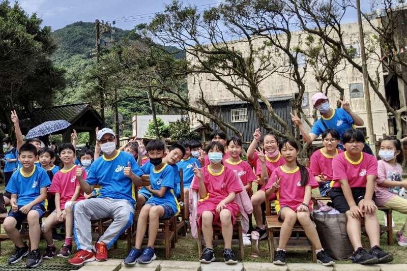 全校師生每人收到「復刻版運動服」,深具校史文化保存意義。(圖/新北市萬里國小提供)