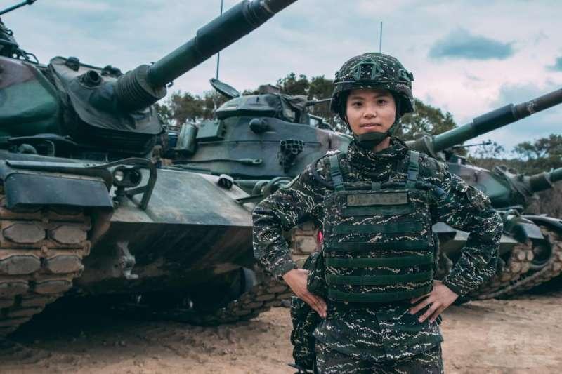 任職陸戰99旅戰車營戰二連的陳柔安上尉(見圖),去年8月1日被派任戰車連長迄今。(取自軍聞社)