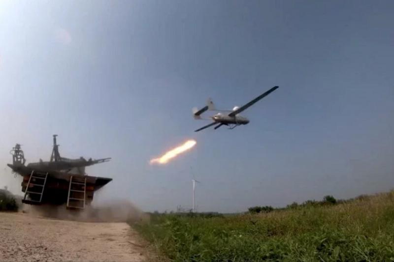中共發布影片,指成功以無人機導引直升機在濃霧環境下發射飛彈擊中目標。(央視軍事微博)