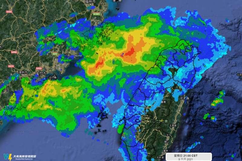 對流移到台灣海峽後就開始減弱,雷達看到的「雨滴」在降落到地面前,大多已在空中蒸發。(取自天氣風險 WeatherRisk臉書)