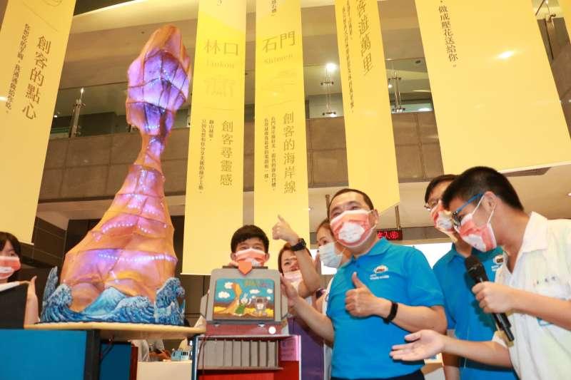 清水高中以野柳女王頭設計「女王的秘密」,學生與市長侯友宜合影。(圖/李梅瑛)