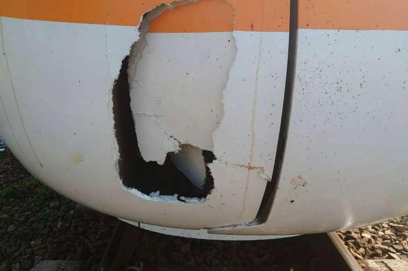 20210510-台鐵鐵道10日遭老婦闖入,太魯閣號反應不及撞上,列車車殼也因撞擊而破裂、怵目驚心。(台鐵局提供)