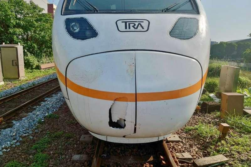 台鐵鐵道10日遭老婦闖入,太魯閣號反應不及撞上,列車車殼也因撞擊而破裂、怵目驚心。(台鐵局提供)
