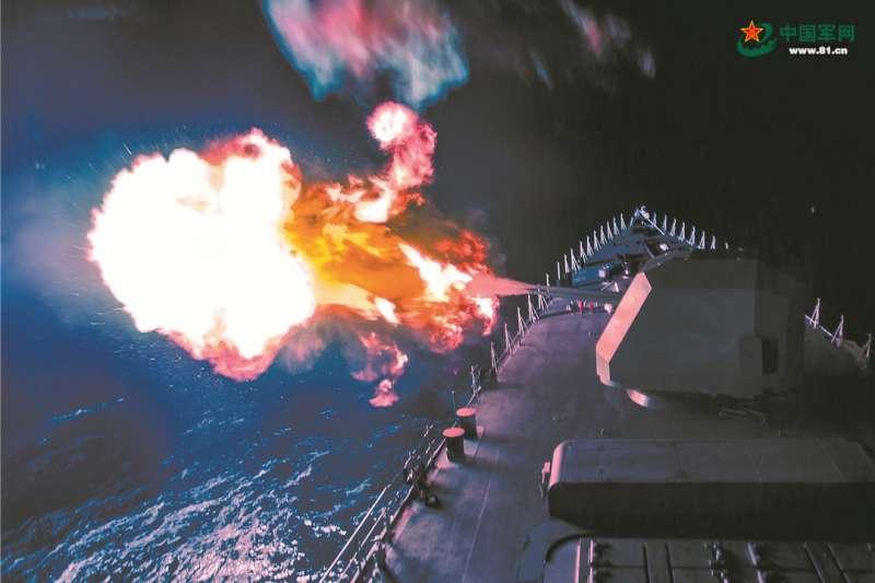 中國海軍正在進行夜間實彈射擊訓練。(中國軍網)