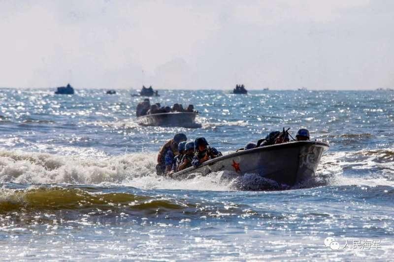 中國的海軍陸戰隊正在進行搶灘演練。(中國軍網)