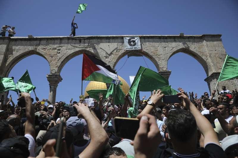 前往耶路撒冷聖殿山禮拜的巴勒斯坦裔揮舞國旗和哈瑪斯旗幟(AP)