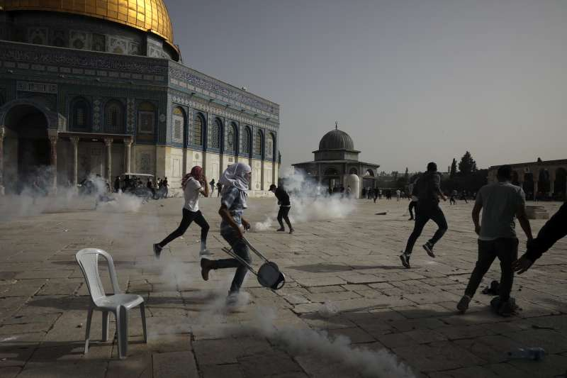 10日,巴勒斯坦人與以色列警察在耶路撒冷舊城的阿克薩清真寺爆發衝突(美聯社)