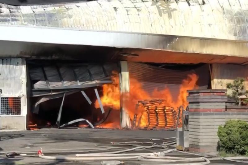 彰化大村保麗龍工廠大火,百坪廠房付諸一炬。(網路截圖)