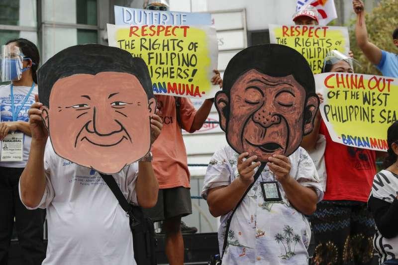 東協多國認為中方在進行外交協商時,姿態已不如過去的謙恭,疲勞對話以及軍事布局都讓東協國家備感緊張。圖為馬尼拉民眾抗議這位菲律賓總統對中國的步步進逼無所作為。(資料照,美聯社)