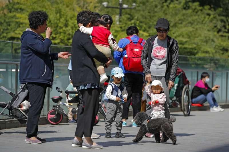 中國人口也面臨少子化與高齡化的雙重挑戰。(美聯社)