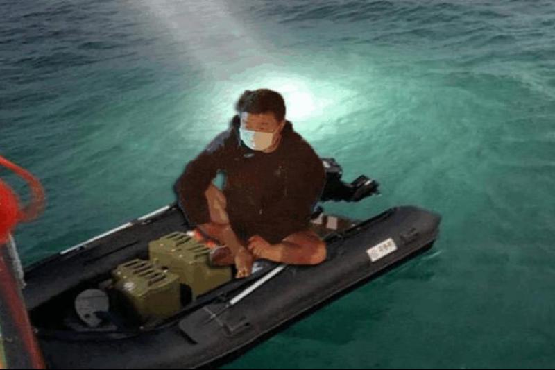 周姓男子從大陸福建駕駛軍規橡皮艇,4:30從福建一路橫渡185公里,只花16小時就「直達」台中港,雷達、海巡人員均未發現攔截,令人詫異。(圖/翻攝畫面)