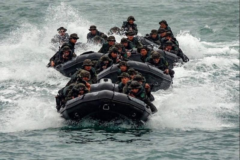 海軍陸戰隊99旅進行漢光預演時,「特戰突擊橡皮艇」翻覆釀2死,檢方調查後確認為激浪頂起所致。(圖/漢光預演照翻攝)