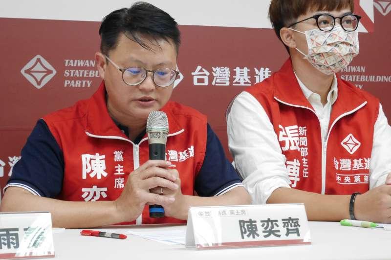 台灣基進黨主席陳奕齊(左)力挺台灣基進立委陳柏惟堅持全程以台語質詢。(資料照,台灣基進提供)