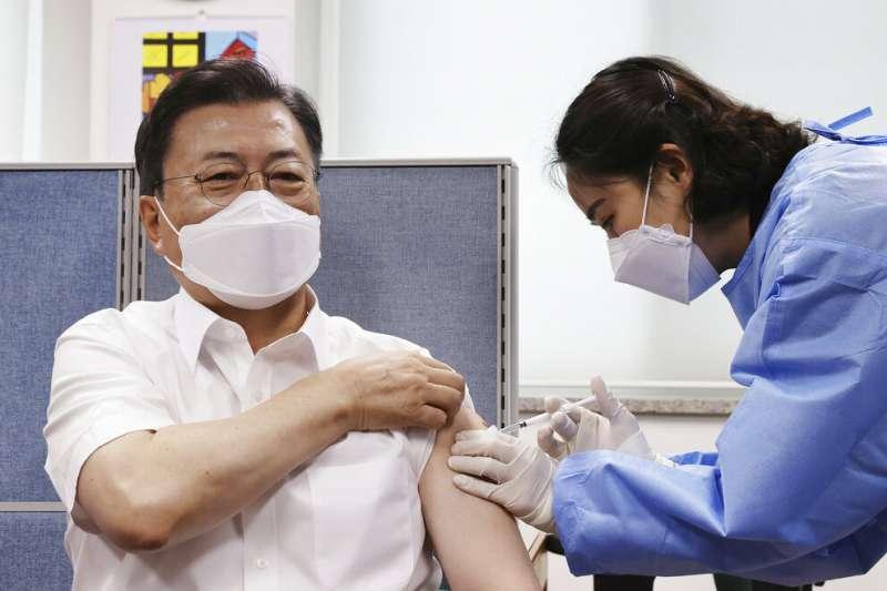 南韓總統文在寅正在接受新冠疫苗接種。(美聯社)