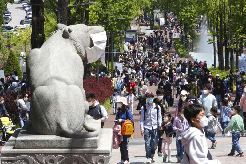 5月5日是南韓的兒童節,當天許多民眾都戴著口罩出外活動。(美聯社)