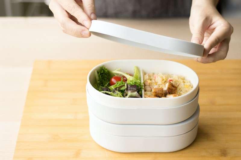 SWANZ將引以為傲的白瓷變身成為便當盒,配上無毒矽膠,讓民眾可以用得安心、吃得開心。(圖/SWANZ提供)