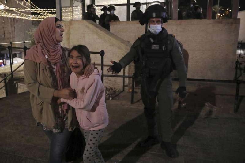 以巴衝突、以色列空襲加薩走廊,哈瑪斯反擊以色列大城,民眾驚恐不安。(AP)