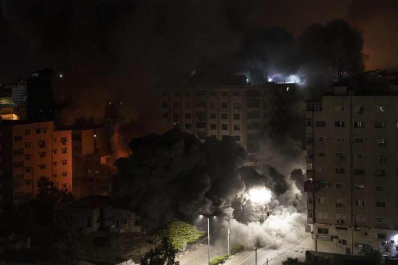 以巴衝突、以色列空襲加薩走廊,城市被煙霧淹沒。(AP)