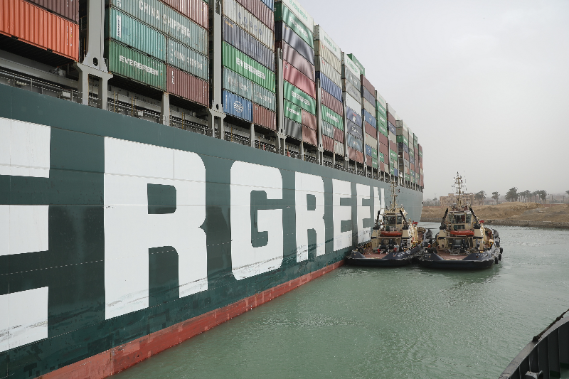 長賜輪3月意外卡在蘇伊士運河,造成全球航運嚴重回堵,日本船東正榮汽船慘遭埃及索賠9億美元。(圖/理財網)