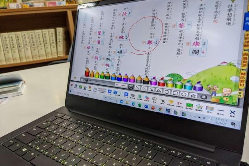 新世代的教科書不僅在美化上功夫,連教具、電子教材都幫老師一併處理好。(圖/陳逸群)