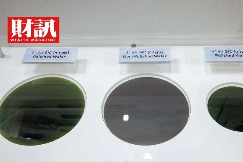圖為漢民此次展出的4吋和6吋碳化矽基板,中間為未拋光的6吋碳化矽基板。(財訊提供)