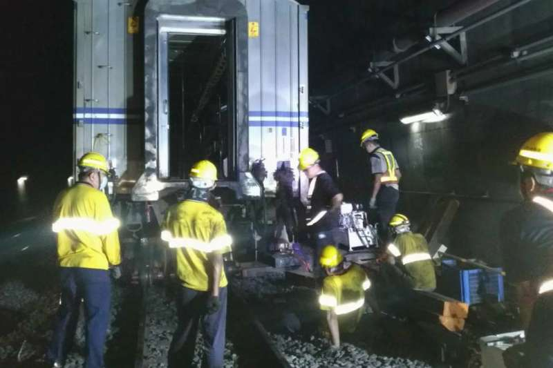 台鐵今13日上午迴送故障列車時發生出軌意外,松山-台北車站間採單線運行。(台鐵局提供)