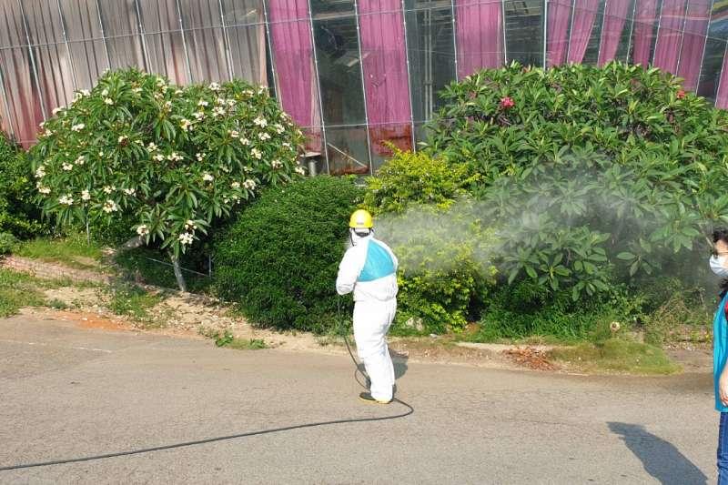 針對案1217曾於5/2在下午一點沙鹿金福華餐廳用餐,當時店內沒有其他客人,10名員工均有佩戴口罩,中市環保局13日前往針對周邊環境再次消毒。(圖/台中市政府提供)
