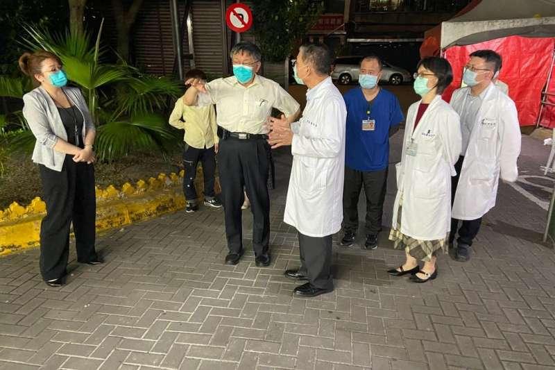 和平醫院爆發兩例新冠肺炎,台北市長柯文哲晚間趕赴了解。(柯文哲臉書)