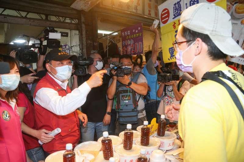 20210513-新北市長侯友宜13日視察中和枋寮市場,並請店家、民眾落實防疫需求戴好口罩。(顏麟宇攝)