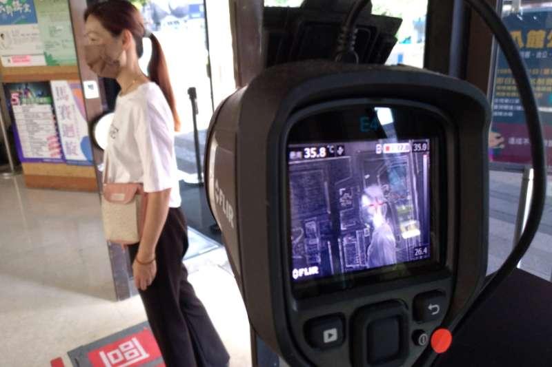 加強防疫,台中市以文場館入館採用紅外線熱像儀量測體溫。(圖/台中市政府)