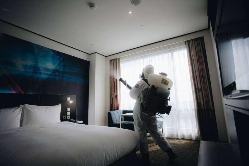 陸軍化學兵14日挺進染疫最嚴重地點之一的諾富特飯店,進行清消作業。 (軍聞社提供)