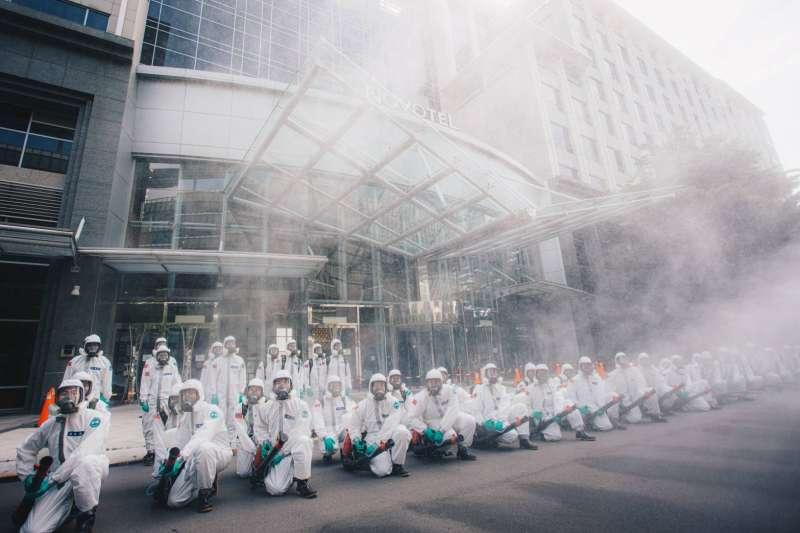 陸軍化學兵對染疫的諾富特飯店,進行清消作業。 (軍聞社提供)