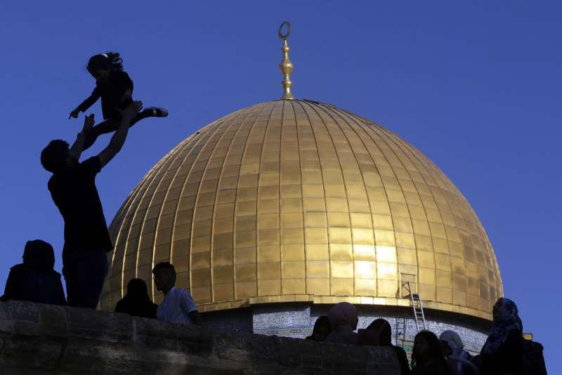 2021年5月13日,穆斯林開齋節(Eid al-Fitr),東耶路撒冷的岩石圓頂清真寺(Dome of the Rock Mosque)(AP)