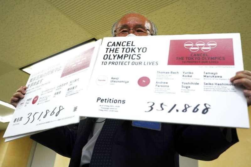 日律師聯前會長宇都宮健兒遞交停辦奧運請願書,據稱已有35萬人簽名支持。(美聯社)