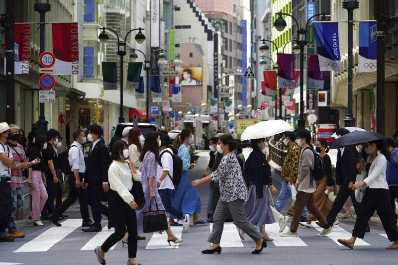 日本疫情日益惡化,日本政府5月14日又追加北海道、岡山、廣島三地的緊急事態。圖為東京街頭。(美聯社)