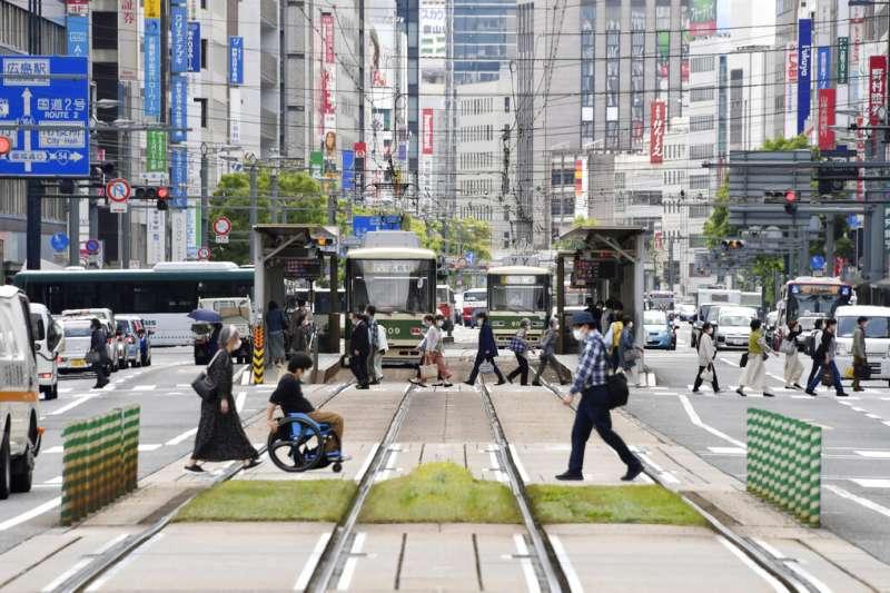日本疫情日益惡化,日本政府5月14日又追加北海道、岡山、廣島三地的緊急事態。圖為廣島街頭。(美聯社)