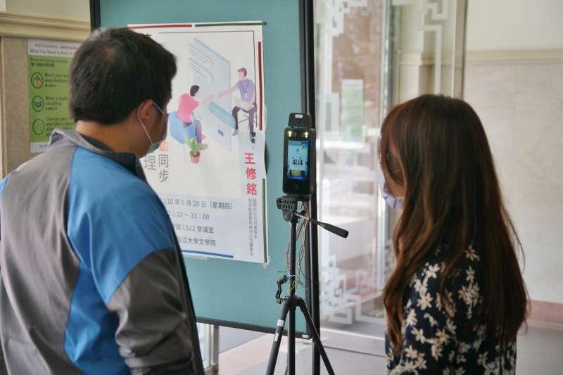 20210514-淡江大學防疫升級,各樓館實施體溫量測。(盧逸峰攝)