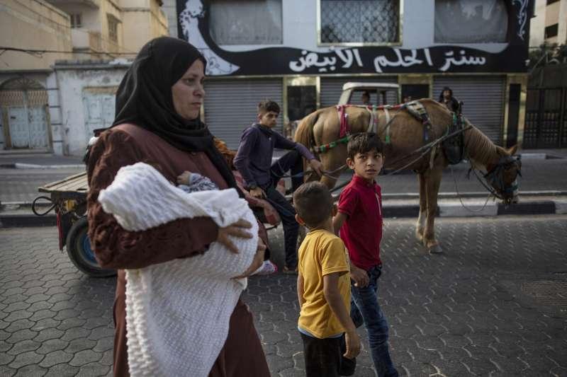 2021年5月14日,以色列國防軍大舉攻擊加薩走廊,當地巴勒斯坦平民被迫逃難(AP)