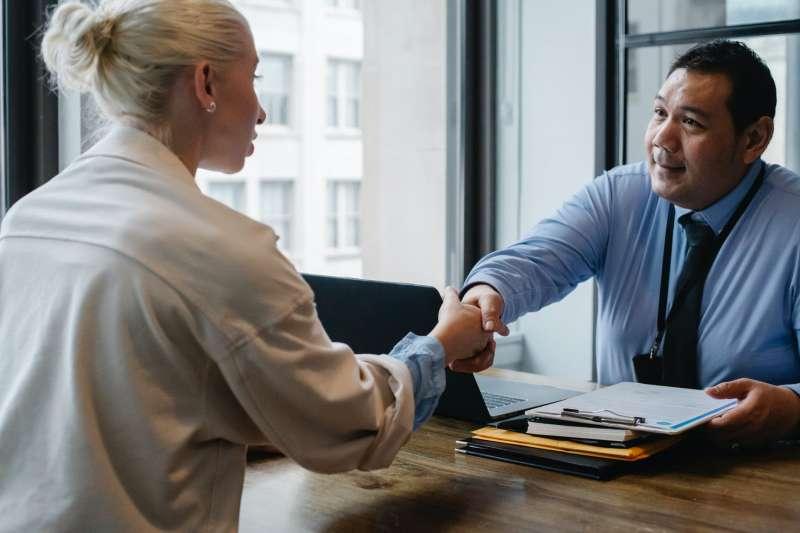 求職若適當用一些小幽默,會讓面試官對你的印象更深刻,從而大大提高錄取率。(圖/取自Pexels)