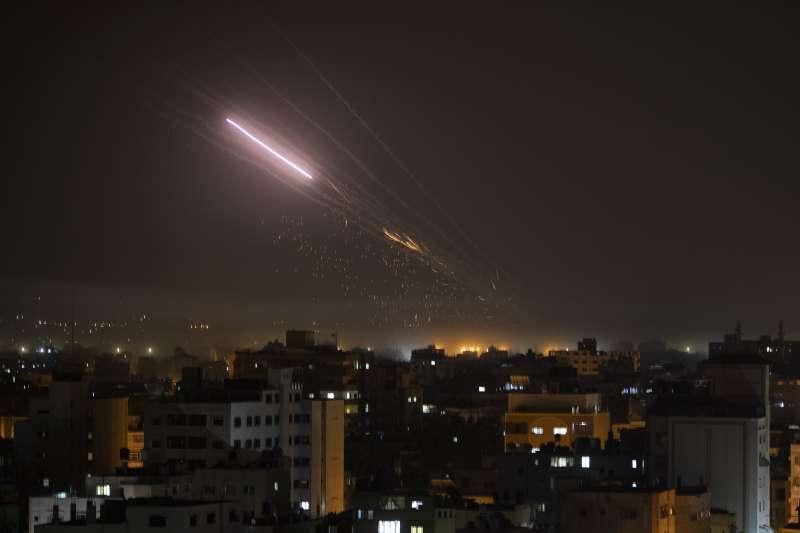 2021年5月以巴衝突,哈瑪斯從加薩走廊對以色列發射火箭。(AP)