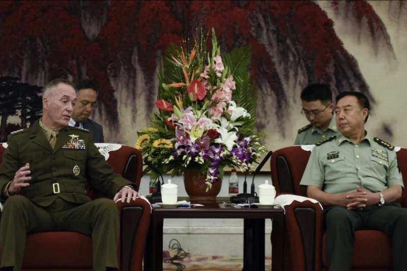 時任美軍參謀長聯席會議主席的約瑟夫·鄧福德(左)2017年與時任中共中央軍委副主席范長龍在北京舉行會談。(美國之音)