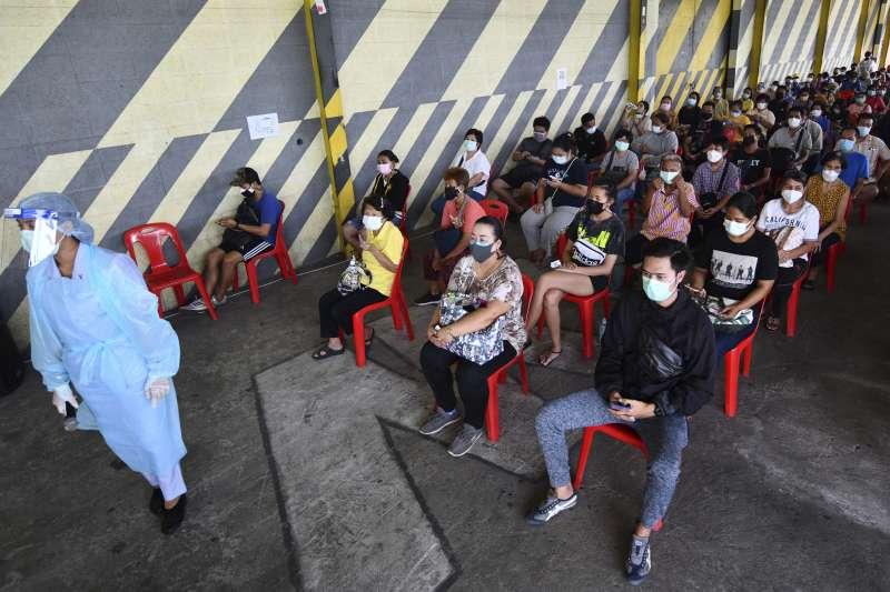 5月10日,泰國曼谷空堤區,人們等待接種疫苗(美聯社)