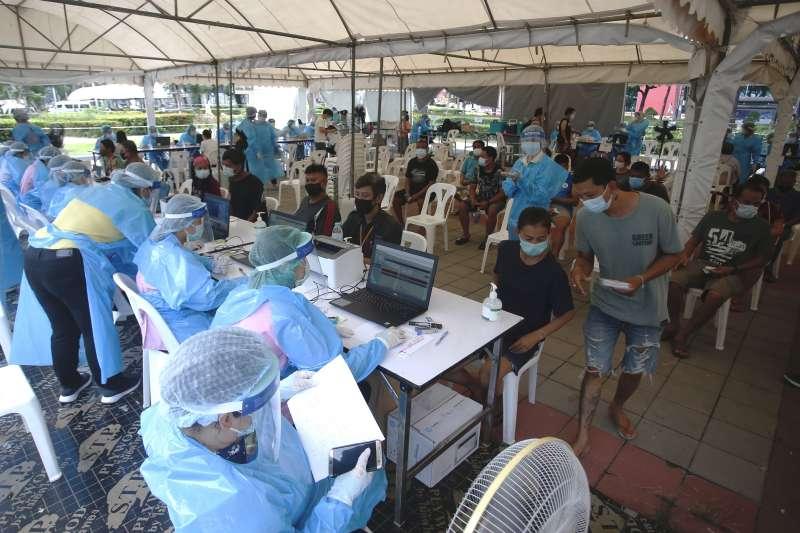 5月4日,泰國曼谷空堤區,人們等待接種疫苗(美聯社)