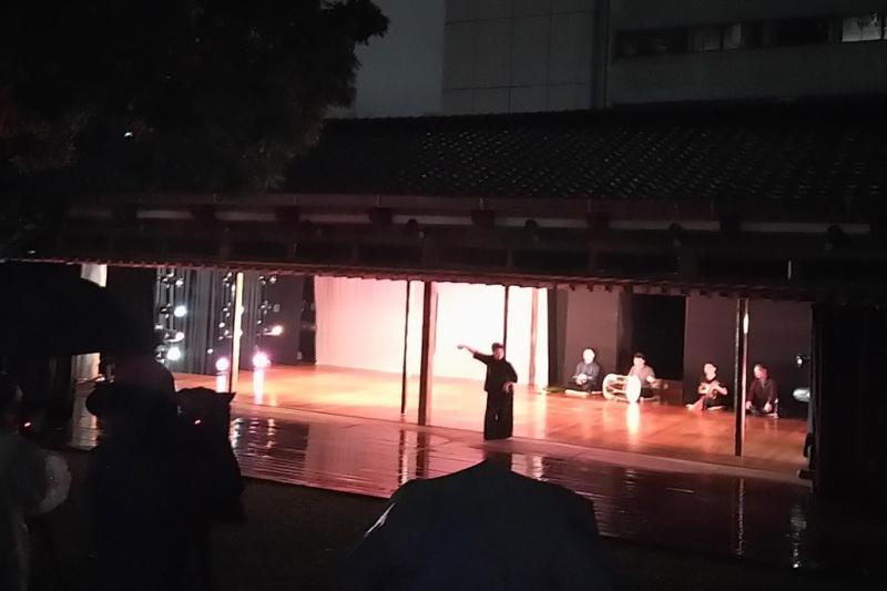 李愛珠抵達蔡瑞月舞蹈社後,隨即開始彩排。(顏佑珊提供)